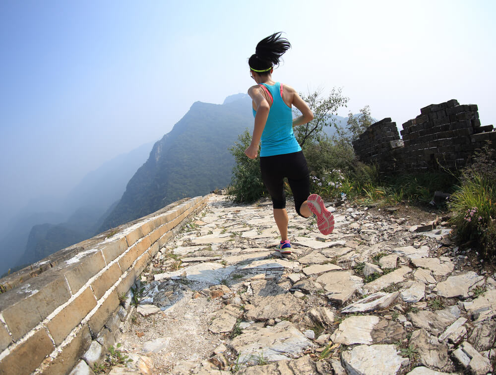mulher correndo em uma montanha