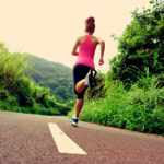 mulher correndo e pensando como conciliar corrida e trabalho