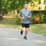 homem mostrando como começar a correr