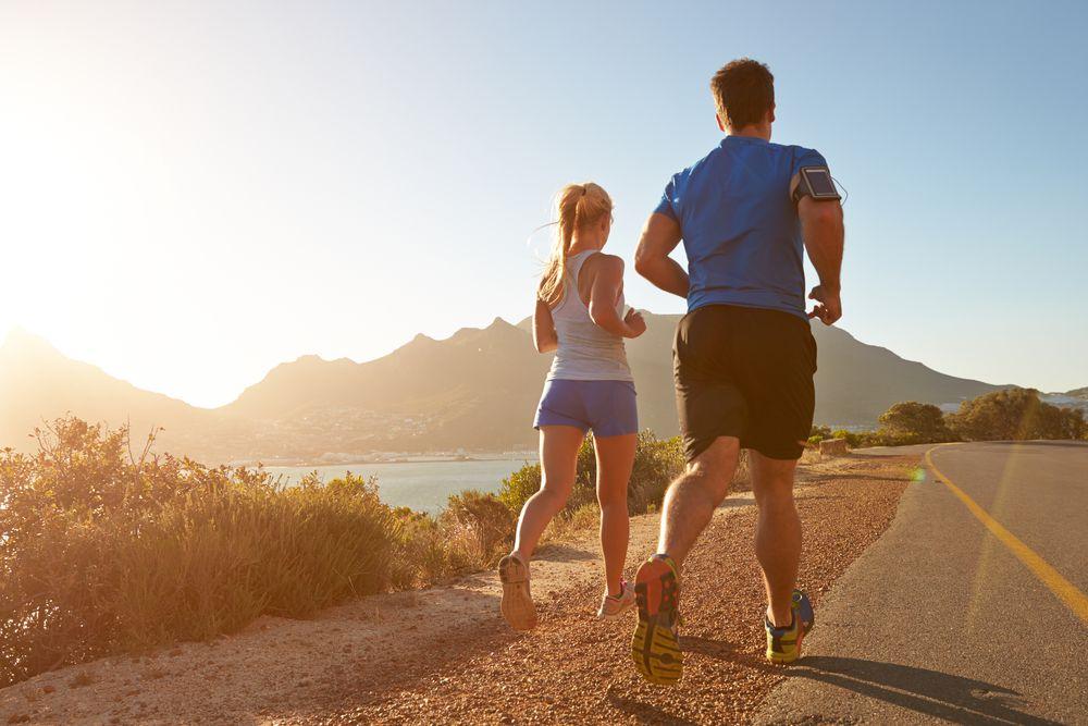 casal mostrando como correr no calor