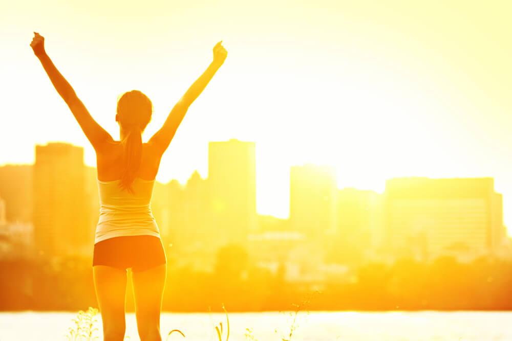 mulher alongando e pensando em como se tornar uma atleta