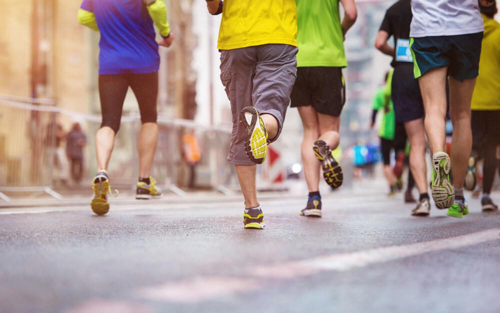 atletas com acessórios para corredores